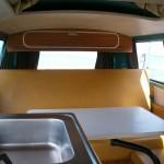 vw-bus-t2ab-camper-van-westfalia-interieur-cuisine-table-coolcampers-web