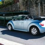 vw new beetle cabriolet devant bateau