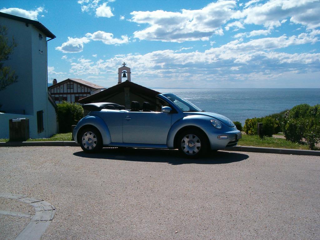 vw new beetle cabriolet devant chapelle